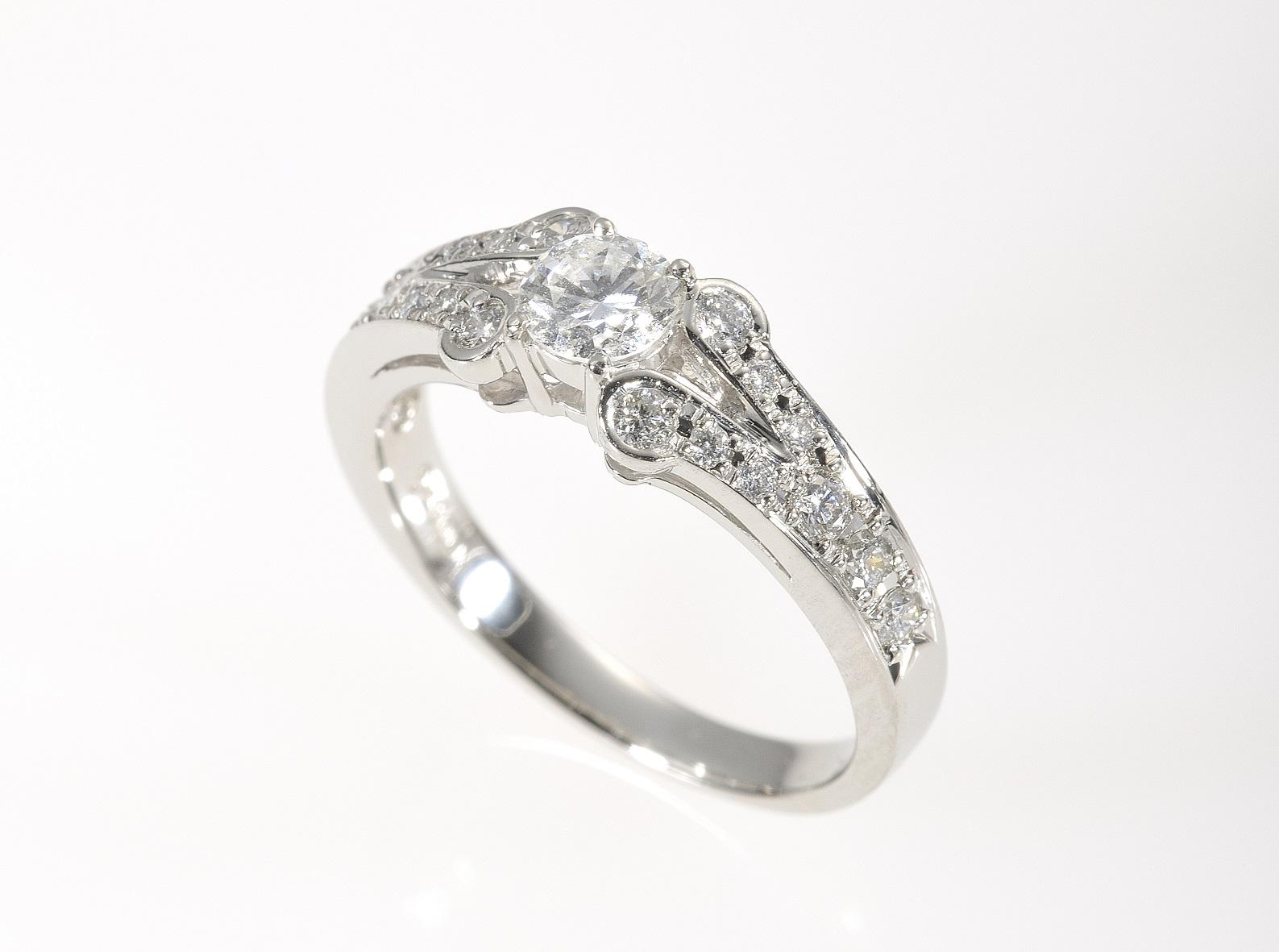 0.3ctのメレ付きダイヤモンドリング_2